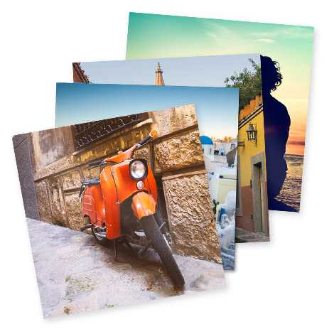 Stapel quadratische Fotodrucke mit Roller und italienische Urlaubseindrücke